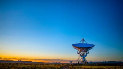Fotografi av en stor parabol som är riktad mot en blå himmel.